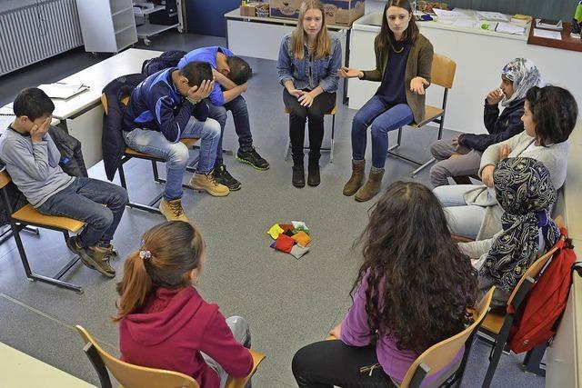 Die Studentinnen Luisa Langer und Tamina Albiez haben Flüchtlingskinder in Niederhof unterrichtet
