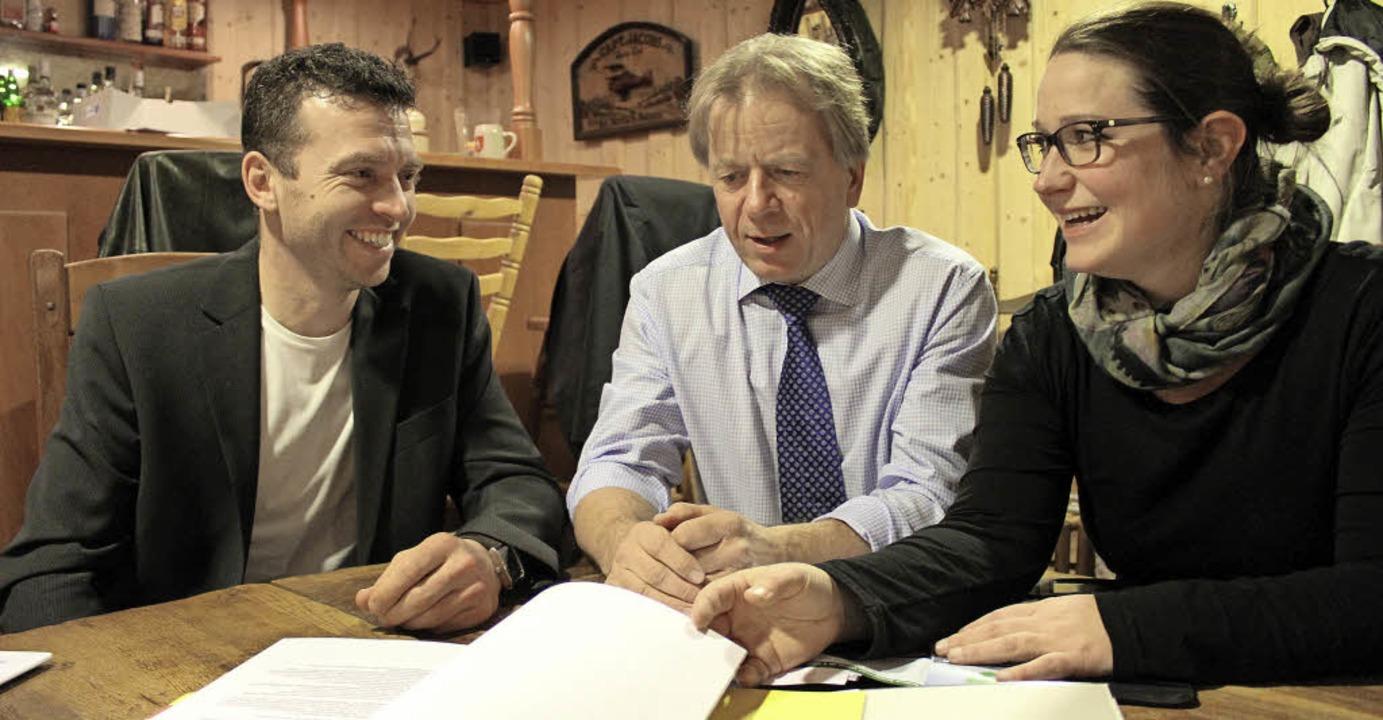 Die neugewählten Vorstände Julia Happe...reiter Daniel Schneider in die Mitte.   | Foto: Erich Krieger