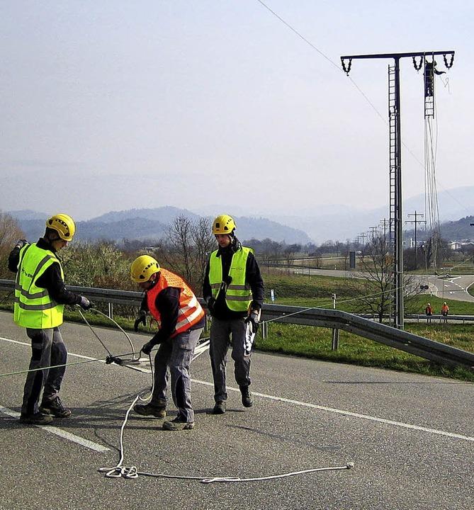 Während ein Arbeiter noch am Strommast...tet, kappen die Kollegen die Leitung.   | Foto: Privat