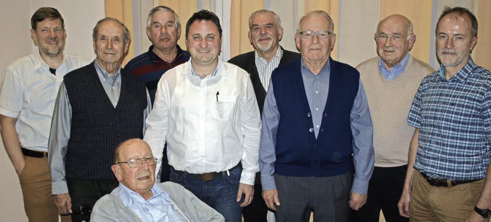Beim Gesangverein Tumringen ehrten Vor...terer (rechts) zahlreiche Mitglieder.   | Foto: Paul Schleer