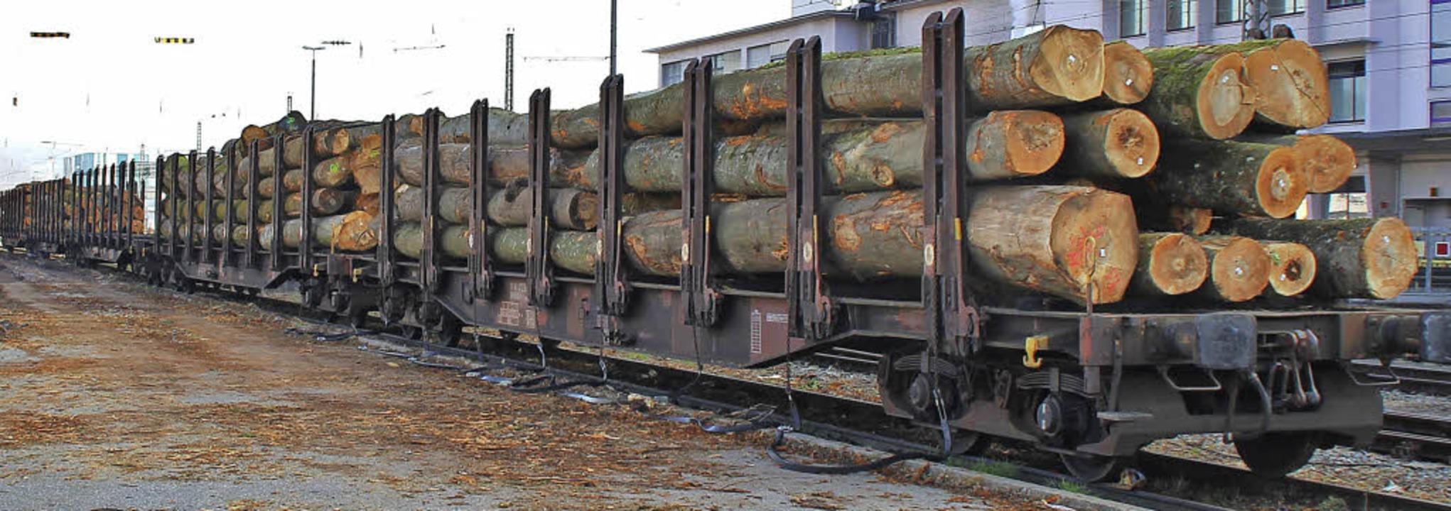 Auch am Freitagmorgen stand ein Zug ab...l waren fünf Waggons mit Holz beladen.  | Foto: Rolf Reißmann