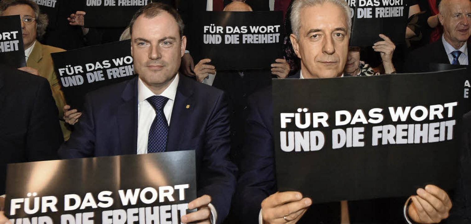 Ob's hilft? Plakataktion mit Mes...der Eröffnung der Leipziger Buchmesse   | Foto: dpa