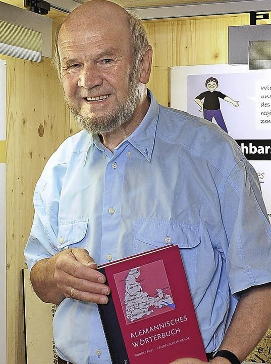 Klaus Poppen mit dem neuen Alemannischen Wörterbuch 2011    | Foto: Thomas Kunz