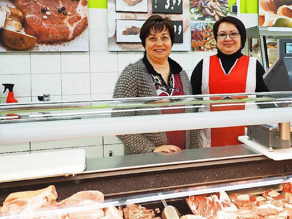 Marktleiterin Elena Romme (links) und ihre Mitarbeiterin Irina Becker.  | Foto: Susanne Gilg