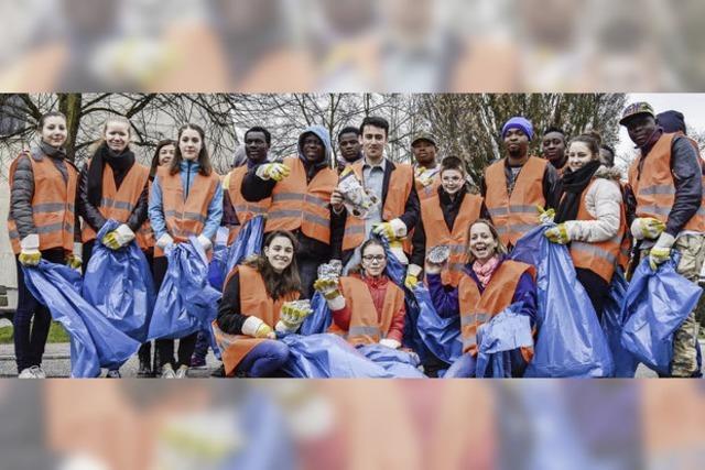 Caritas-Jugendliche und Flüchtlinge sammeln Müll