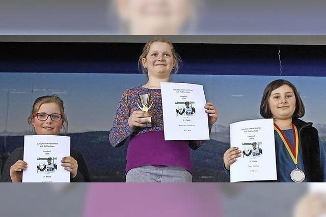 Pokale und Medaillen für die Skisportler