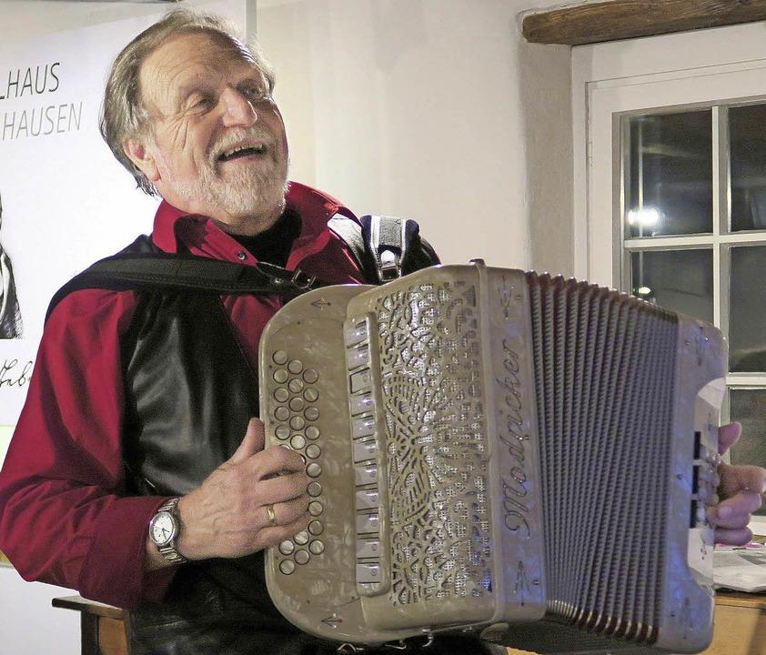 Wolfgang Miessmer zog die Zuhörer des Muettersproch-Obe gleich in seinen Bann.   | Foto: Heidi Zöllner