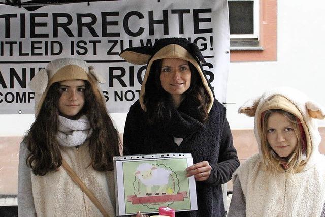 Tierschützer werben in Offenburg für den veganen Braten zu Ostern
