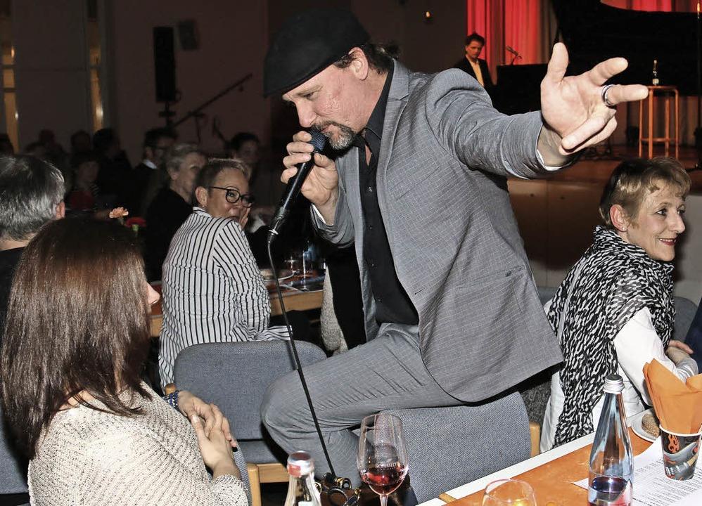 Sascha Bendiks schmachtet eine Dame aus dem Publikum an.   | Foto: Barber