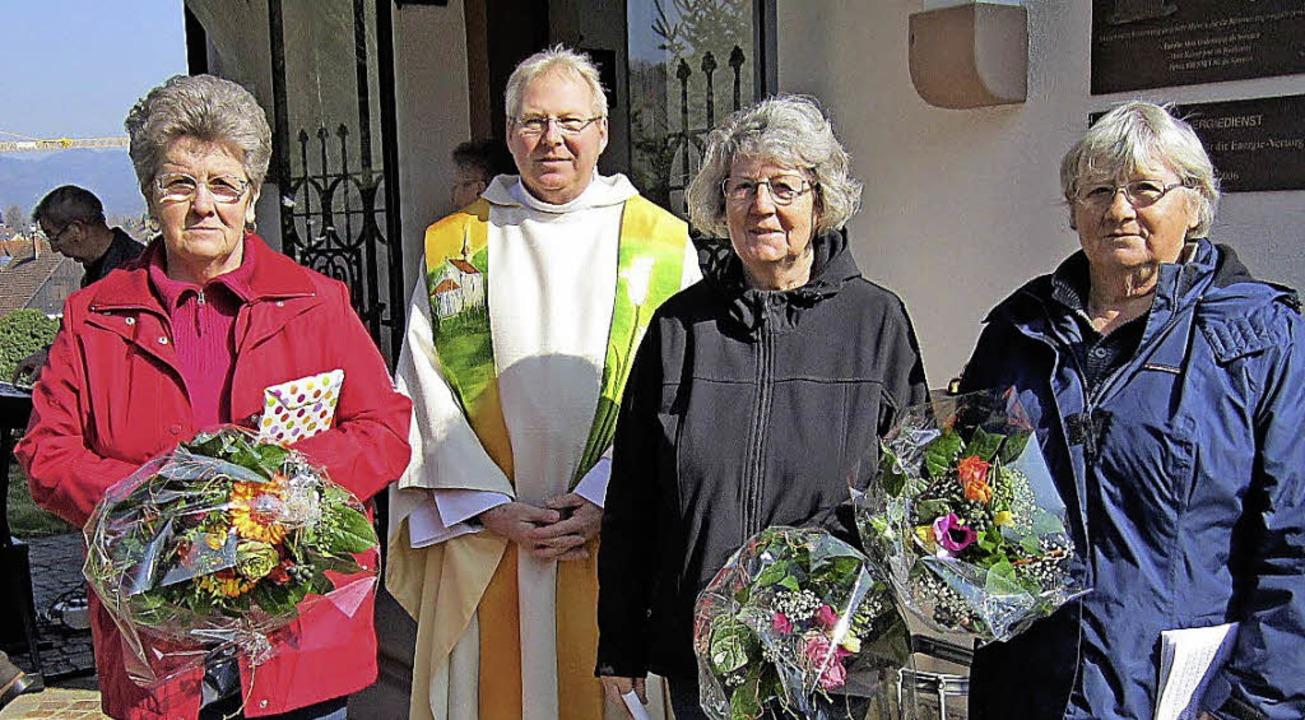 Mesnerwechsel: Pfarrer Matthias Kirner...auer und Rosmarie Berger (von links).   | Foto: Hansjörg Bader