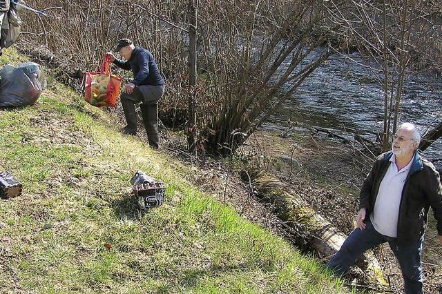 Müll entsorgt an der Wiese: Lieferschein im Bauschutt