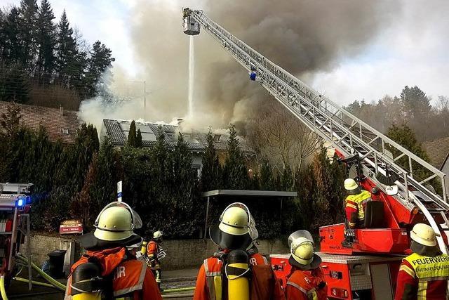 Wohnhaus geht in Flammen auf