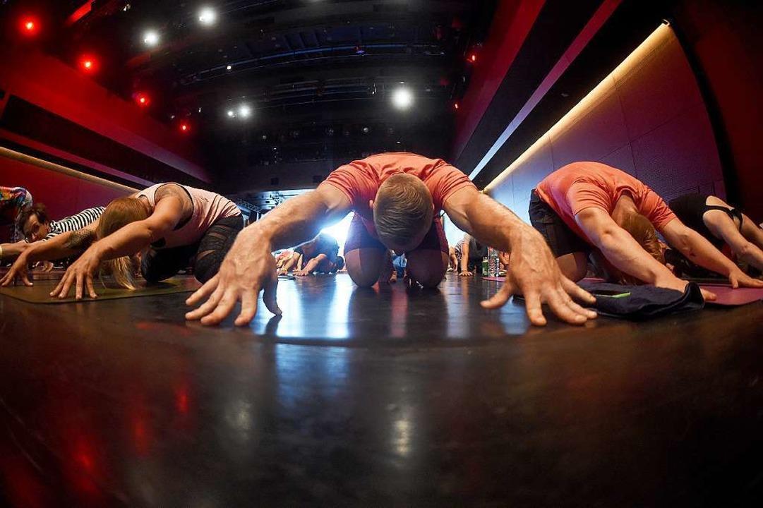 Den Rücken ganz lang machen: Übende am Welt-Yoga-Tag in München  | Foto: Felix Hörhager