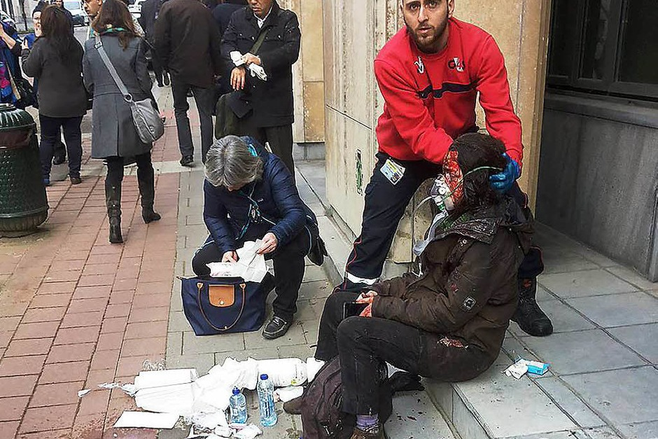 Überlebende werden von Rettern versorgt. (Foto: AFP)