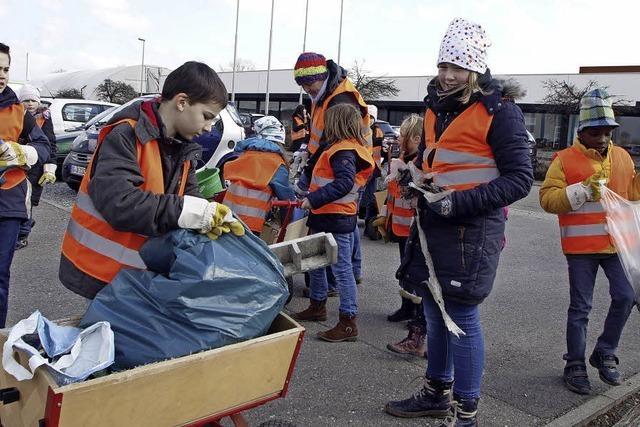 Schüler räumen Müll in Schuttern weg