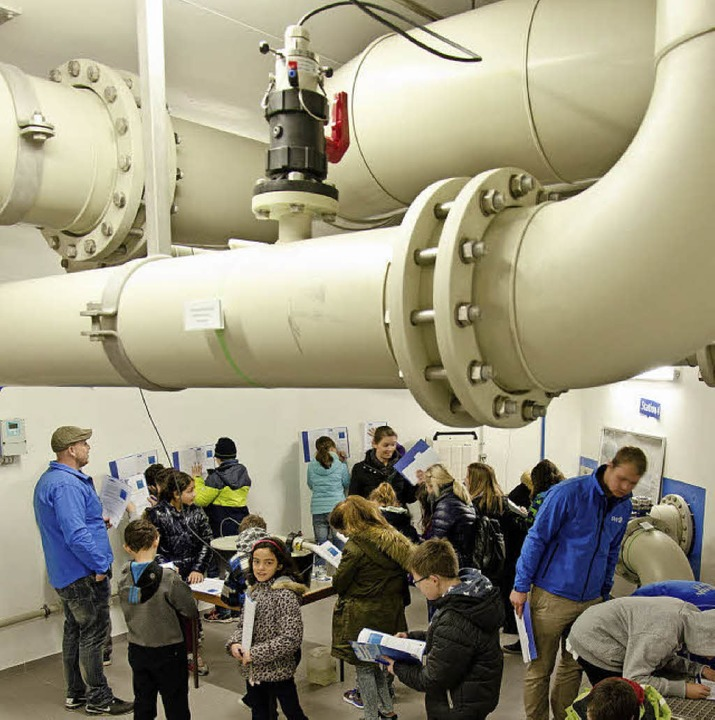 100 Schüler erkundeten das Wasserwerk.  | Foto: Stadtwerke
