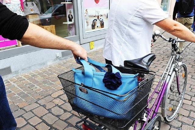 Junge Männer versuchen Handtaschenraub aus Fahrradkörben