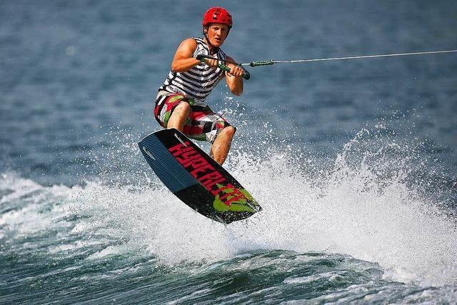 Mit einem Board über die Wellen reiten