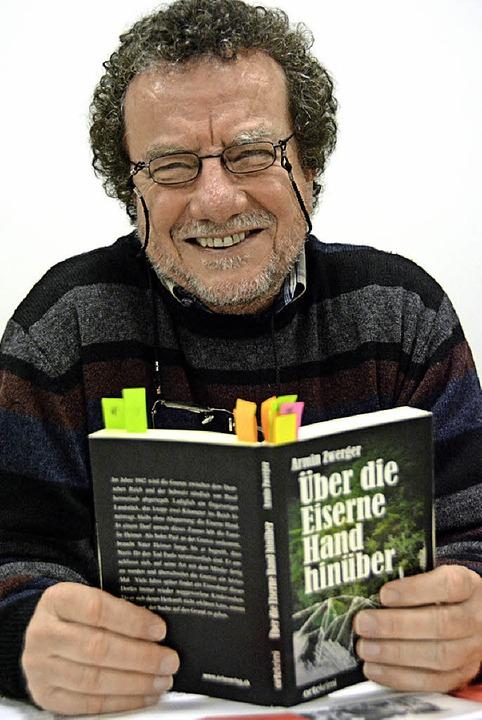 Armin Zwerger liest aus seinem Roman.   | Foto: Lauber