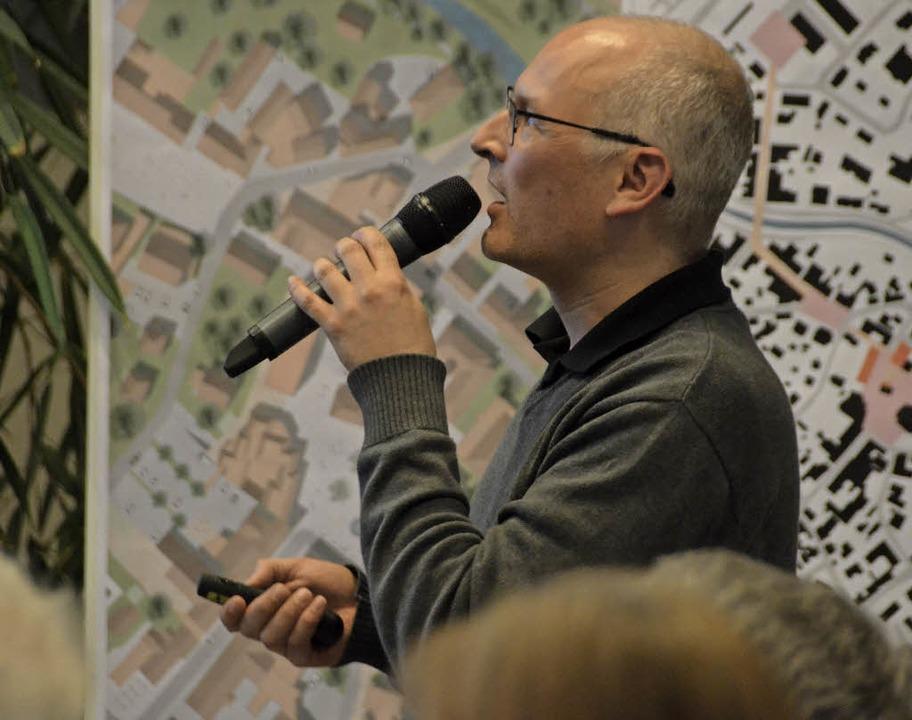 Frank Irrgang präsentiert den Bürgern seine Ideen zur Stadterneuerung.    Foto: Nikola Vogt