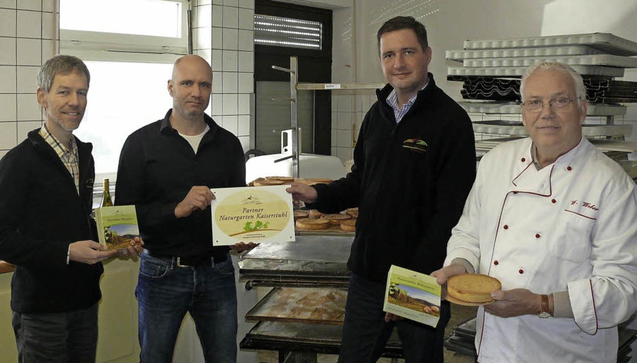 Werner Weber  (rechts)  übergab das Re...turgarten Kaiserstuhl GmbH gekommen.      Foto: Privat