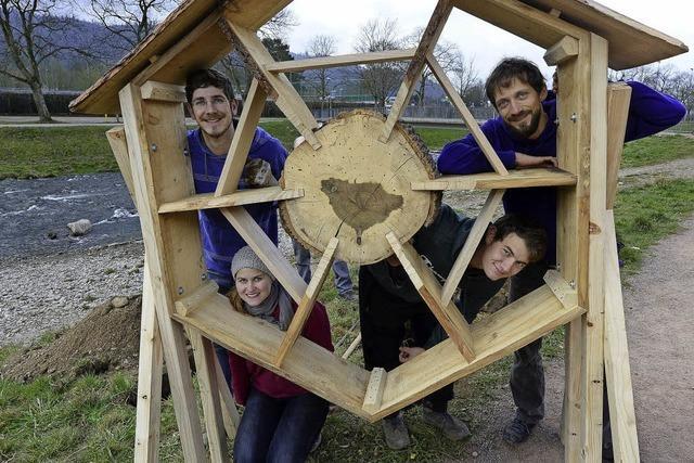 Freiburger Studierende stellen Insektenhaus an der Dreisam auf