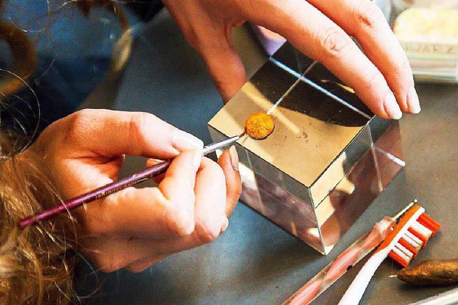 Auf einem Glaskubus werden die Miniaturen bearbeitet. (Foto: Oliver Huber)