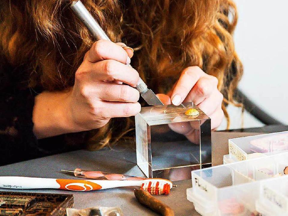 Auf dem Glaskubus werden die Miniaturen bearbeitet.  | Foto: Oliver Huber
