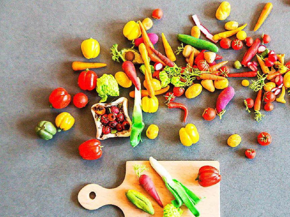 Julia Pospiech hat eine große Auswahl an Fimo-Gemüse  | Foto: Oliver Huber