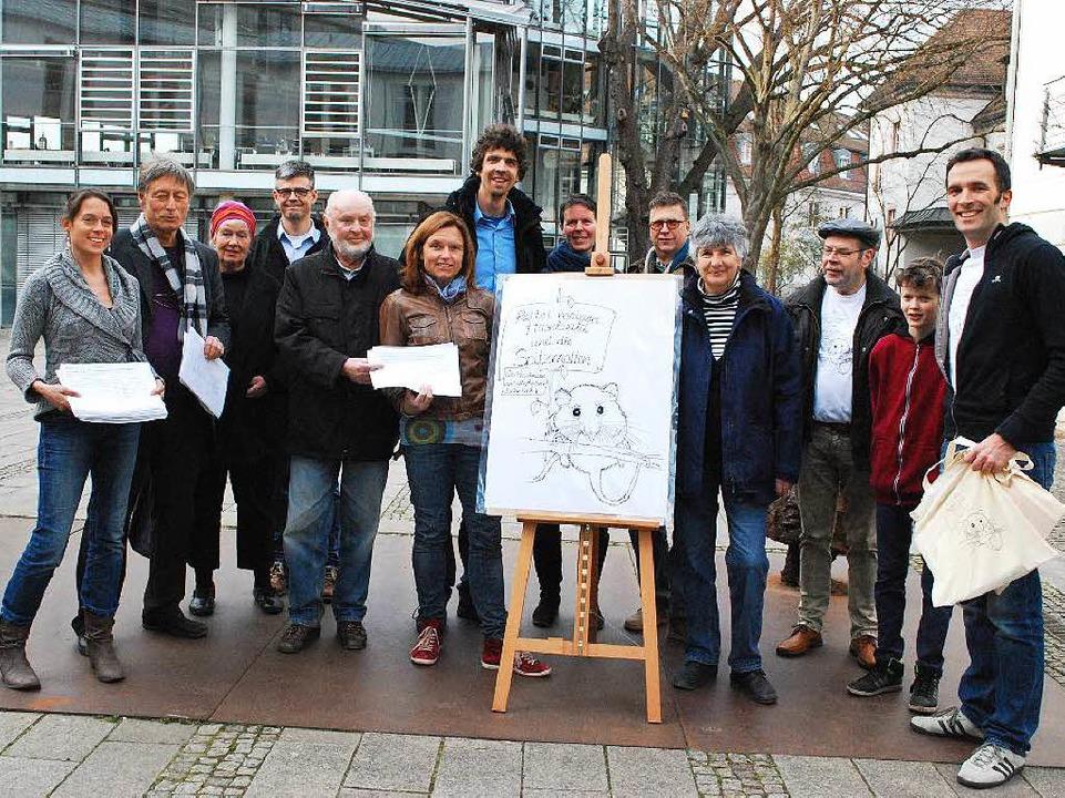 Das lustige Motiv auf der Staffelei tr...fen hat es Klaus Zipsin (3. v. rechts)  | Foto: Sylvia-Karina Jahn