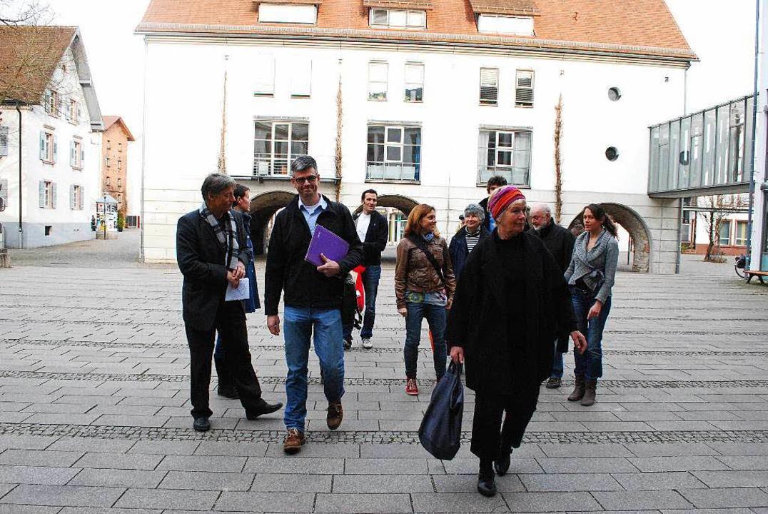 Mitglieder der Initiative auf dem Weg ... 4813 Unterschriften übergeben wollen.  | Foto: Sylvia-Karina Jahn