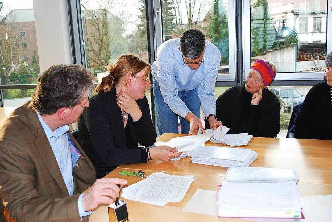 Alles muss stimmen: Stadtvertreter und Bürgerinitiativler bei der Endkontrolle.  | Foto: Sylvia-Karina Jahn