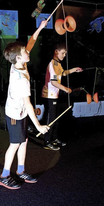 Geschickt: Diabolo-Nummer beim Kulturabend der Realschule  | Foto: RAG
