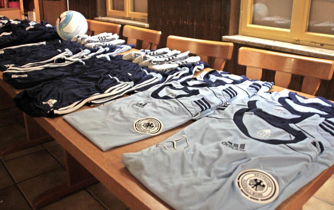 Die Trikotsätze mit dem Bundesadler st...s SV Obersäckingen teilnehmen wollen.   | Foto: Jörn Kerckhoff