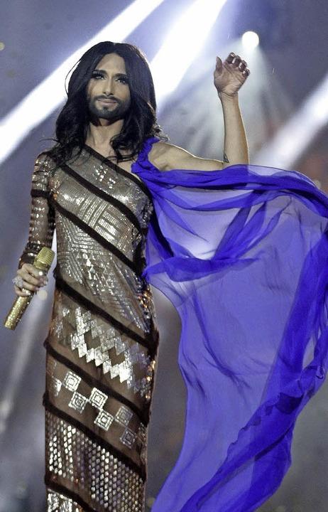 Messias-Pose bei Conchita Wurst (links...en grüßt ein  schokoladiger Goldhase.     Foto: dpa/beyerle/BZ