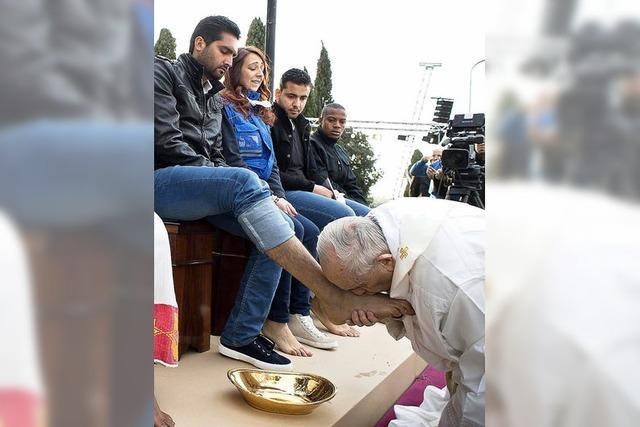 Papst küsst Füße von Flüchtlingen