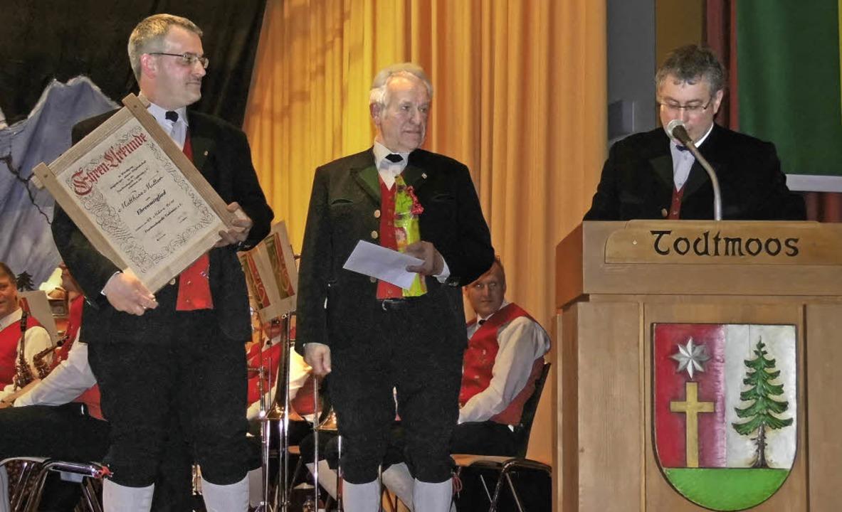 Für 30 Jahre aktive Mitgliedschaft in ...izevorsitzenden Harald Riegert geehrt.  | Foto: Jessica Lichetzki