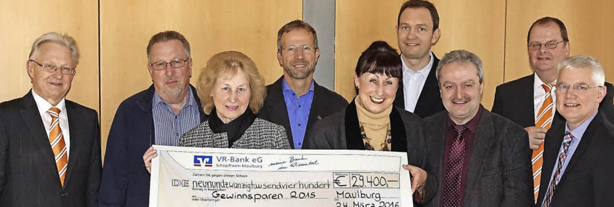 Für vorösterliche Freude sorgte dieser...rgen Wenk (VR-Bank) und Georg Schenk.   | Foto: Hans-Jürgen Hege