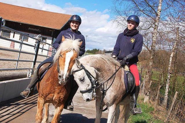 Reiterinnen gewinnen den Eierlauf