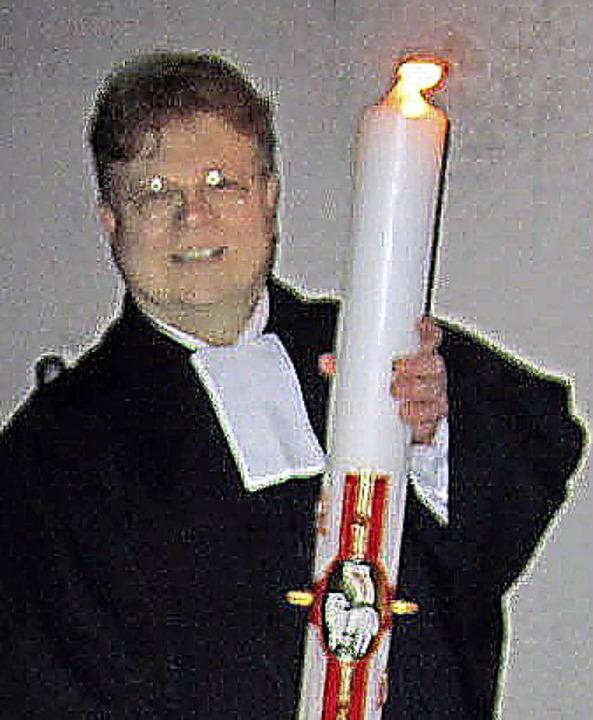 Die erste Osternachtfeier in Wehr war ...ete die Kerze am Osterfeuer (rechts).   | Foto: Hansjörg Bader