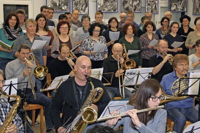 Musikverein und Gesangverein musizieren gemeinsam
