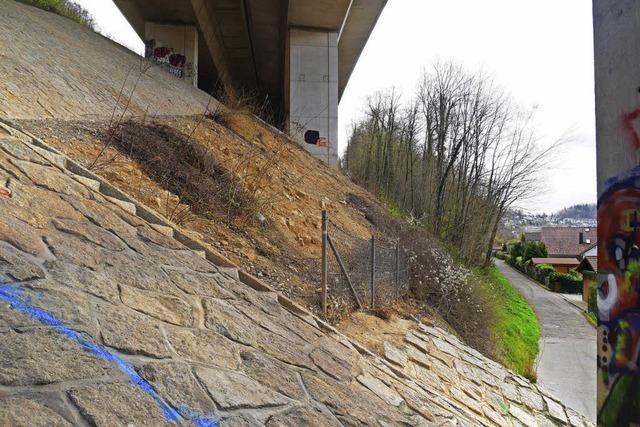Pflaster unter der Autobahnbrücke