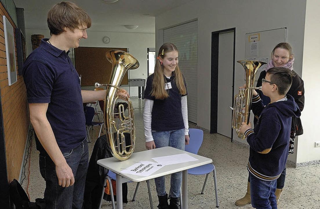 Die interessierten Jugendlichen konnten beim Jugendtag Instrumente ausprobieren.    Foto: Jürgen Schweizer