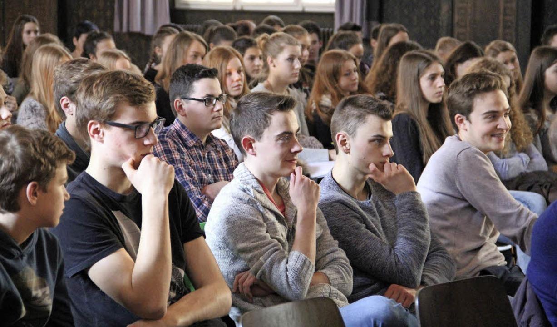 Manfred Haferburg (rechts) wusste die jungen Leute gut zu unterhalten.  | Foto: judith reinbold