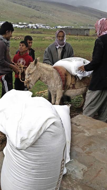 Auch wenn die Hilfsgüter vor Ort erwor...Eseln in eine Zeltstadt,  ist mühsam.   | Foto: Sigrid Leder-Zuther