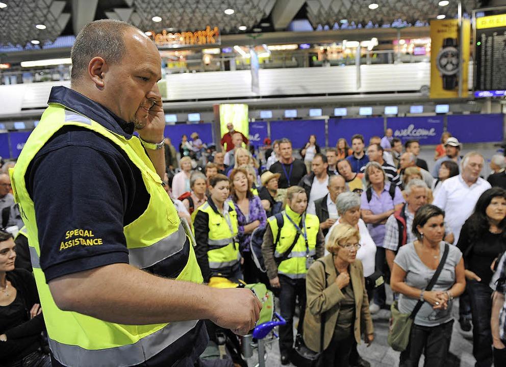 Chaos am Urlausort: Notfallteams der R... Rat und Tat den Touristen zur Seite.   | Foto: dpa