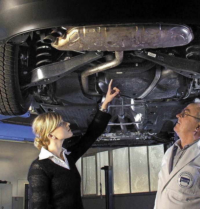 Meister und Kundin in Autowerkstatt  | Foto: ZDK/SP-X