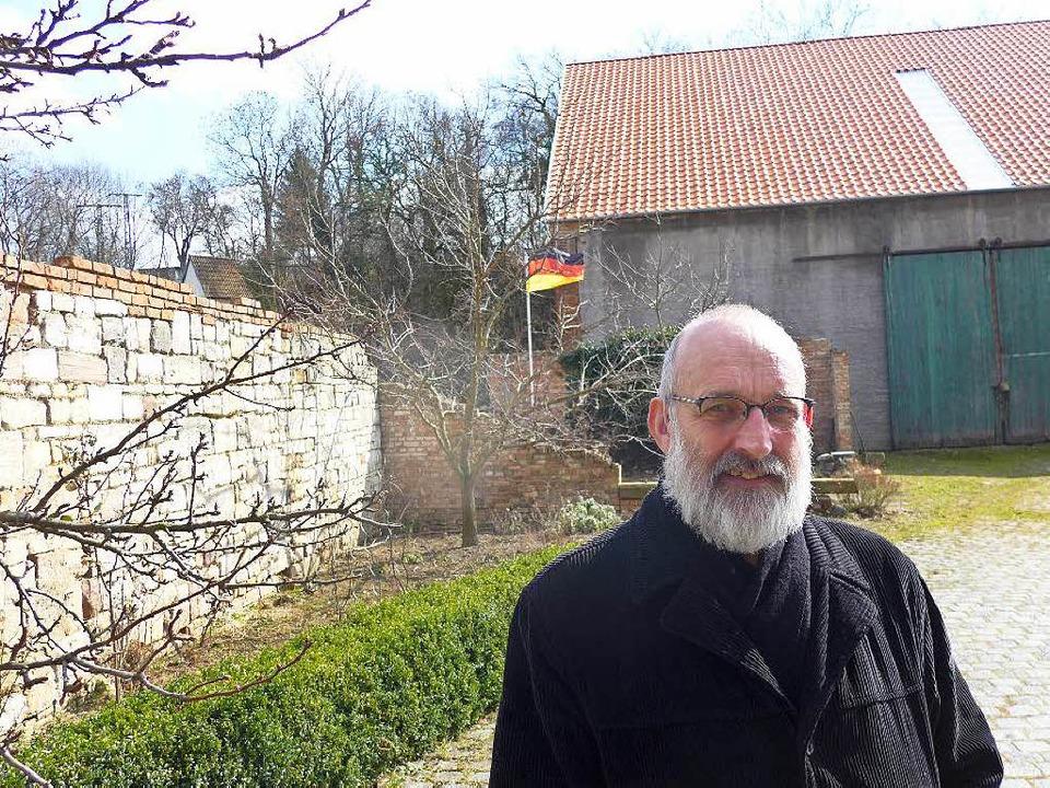 Gottfried Backhaus im Hof seines Bauer... dort stets gehissten Deutschlandfahne  | Foto: Honnigfort