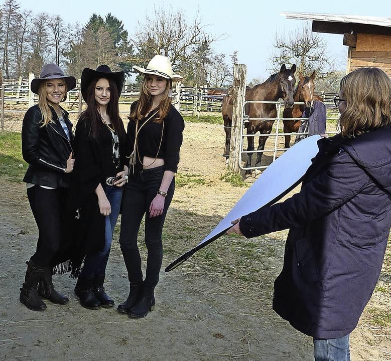 Ganz professionell mit Aufhellschirm: ...st, Doreen Zawadski und Anna Siemens.     Foto: Leonie Meyer