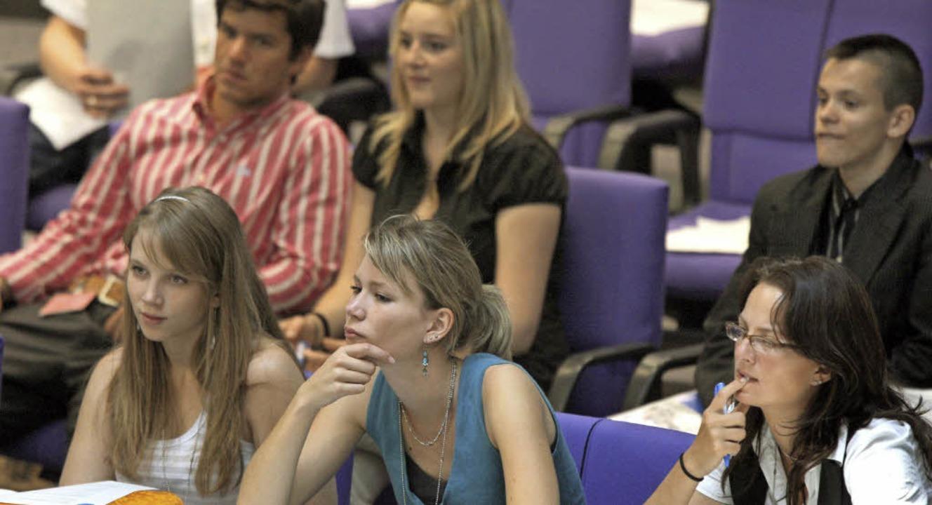 Schülergruppen  besuchen  den Bundesta...11;  warum nicht auch den Gemeinderat?  | Foto: dpa
